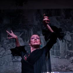 Ana María Bueno bailando una guitarra en el espectáculo de El Patio Sevillano