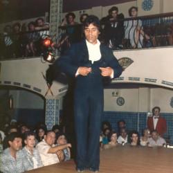 Isidro Vargas bailando una guitarra flamence en el espectáculo de El Patio Sevillano