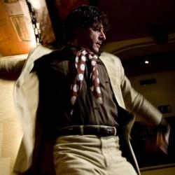 Juan Martín bailando una guitarra en el espectáculo de El Patio Sevillano