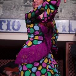 Inma Luna bailando una guitarra flamenca en el espectáculo de El Patio Sevillano
